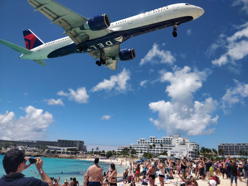 Lądujący samolot na plaży Maho