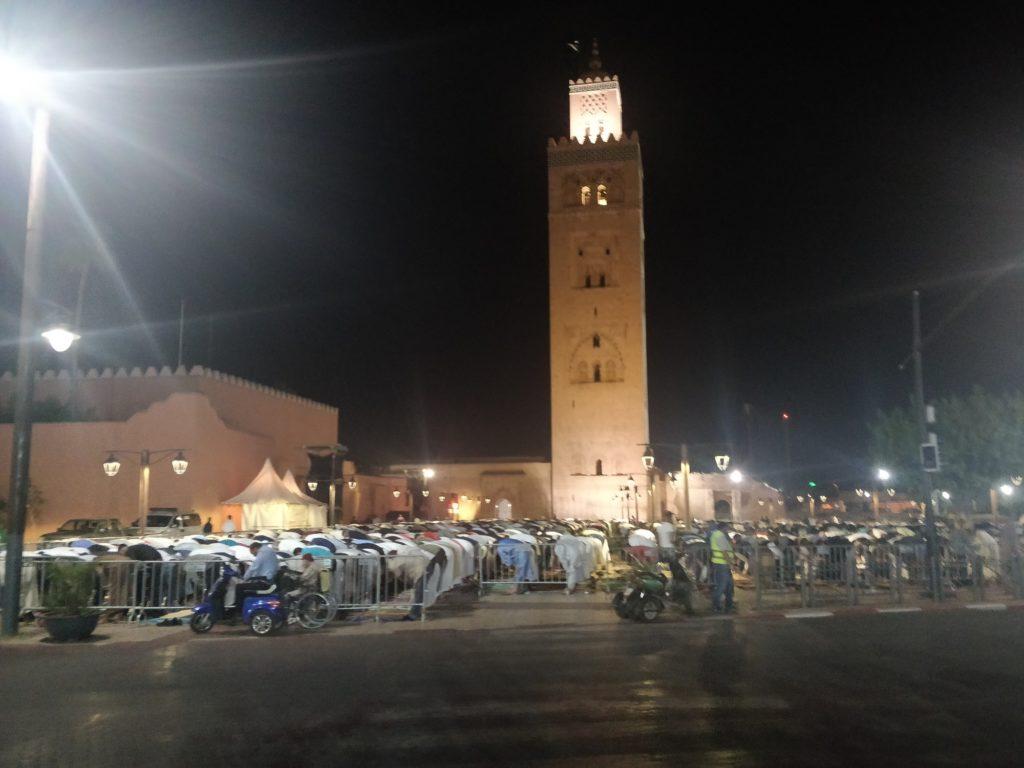 Grupa modlących się w okresie Ramadanu pod meczetem Koutoubia