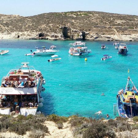 Comino: wypoczynek w najpiękniejszej zatoce świata – Blue Lagoon