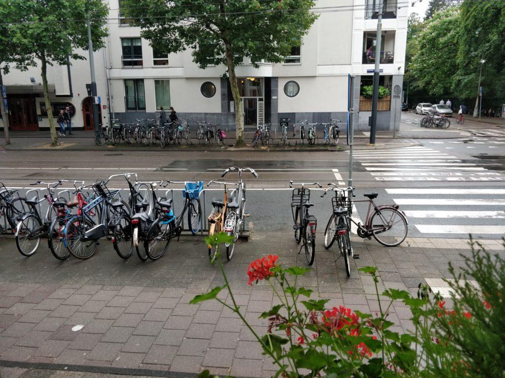 """Dzielnica Żydowska lub z holenderskiego Jodenbuurt, to historyczna dzielnica położona między Nieuwmarkt i Plantaege. Teren ten był niegdyś zamieszkiwany przez ludność żydowską, aż do Holocastu, kiedy to życie straciło ponad 100,00 Żydów. Dziś w Jodenbuurt znajduje się wiele historycznych budynków i pomników, którymi opiekuje się organizacja zwana The Jewish Cultural Quarter, której zadaniem jest podtrzymywanie kultury żydowskiej w Amsterdamie. Żydzi w Amsterdamie Przed 1940 rokiem obszar Nederlandów zamieszkiwany był przez 140,000 Żydów. Kiedy 10 maja 1940 roku Niemcy przejęli Holandię życie ludności żydowskiej zmieniło się nie do poznania. Zaczęli oni być traktowani z dnia na dzień jako obywatele gorszej kategorii. Nie mogli korzystać z transportu publicznego, korzystać z żadnych form rozrywki takich jak kino czy teatr i cały czas musieli nosić Gwiazdę Dawida. Zakupy robić mogli jedynie w określonych godzinach, a za czasem zabroniono im kontaktu z innymi mieszkańcami. Po upływie dwóch lat okupacji niemieckiej, Żydzi zaczęli być wywożeni do obozów koncentracyjnych. W sumie 107,00 Żydów trafiło do obozów, a 102,00 tam zmarło. W chwili obecnej na palcach jednej ręki można policzyć Żydów, które przetrwały ten okres do dnia dzisiejszego. Na podstawie zapisek i zeznań świadków udało się stworzyć wszystkie historyczne miejsca, jakie znajdują się w Dzielnicy Żydowskiej. Dzięki nim pamięć o osobach, które poniosły śmierć nigdy nie zgaśnie. Jak zwiedzać Dzielnicę Żydowską Na obszarze Dzielnicy Żydowskiej znajduje się blisko 50 budynków i pomników upamiętniających Żydów zamieszkujących niegdyś te tereny. Każde z tych miejsc opatrzone jest niebiesko-białą flagą z napisem """"Jewish Cultural Quarter"""". Najważniejsze miejsca, które polecam odwiedzić będąc w tej okolicy są: - Muzeum Historii Żydów (Jewish Historical Museum) - Synagoga Portugalska (Portugese Synagoge) - Pomnik Holocaustu (National Holocaust Memorial) - Muzeum Holocaustu (National Holocaust Museum) Wszystkie budynki/po"""